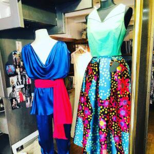 Vestido azul en un maniquí y un maniqui con un vestido estampado